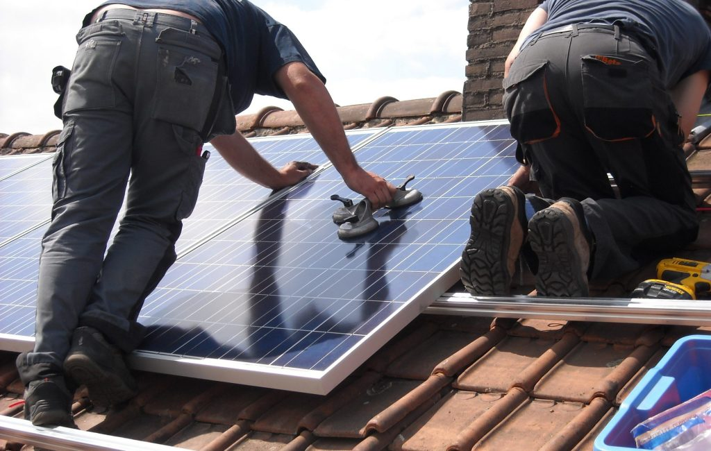 tecnicos-instalando-placas-solares-aelvasa-group-scaled.jpg